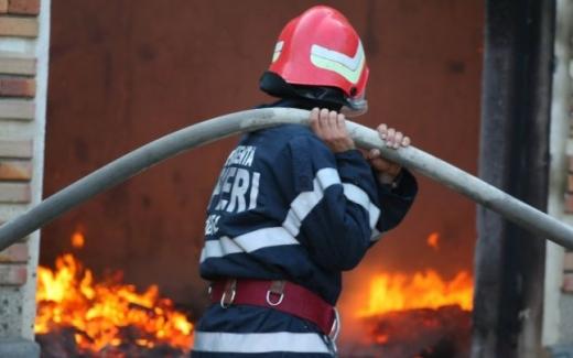 Trei copii și un bătrân, INTOXICAȚI cu fum în urma unui incendiu. Pompierii spun că focul ar fi pus INTENȚIONAT