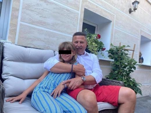 Primarul care și-a UMILIT fiica de nouă ani DEZBRĂCATĂ pe internet, condamnat la închisoare! Care este motivul și cât timp a primit?