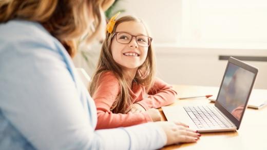 Părinții au dreptul la zile LIBERE pentru a sta cu copiii acasă. Care sunt condițiile pe care trebuie să le îndeplinească?