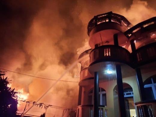 Incendiu devastator la o casă. Un băiat de 14 ani a ars de viu