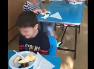 O educatoare lovește un copil pentru că refuză să taie fructe la grădiniță. VIDEO
