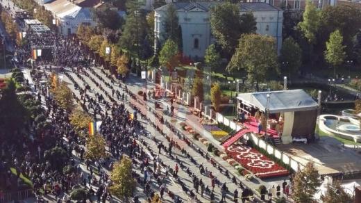 sute-de-oameni-au-fortat-portile-de-acces-pentru-a-se-inchina-la-sfanta-parascheva