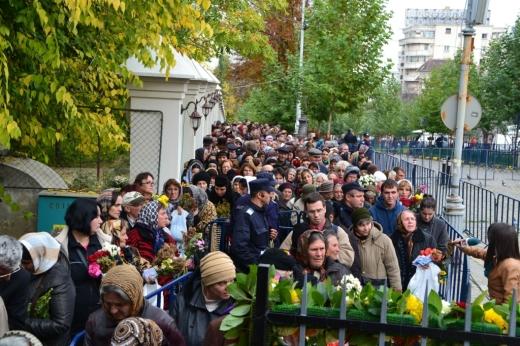 Peste 9.000 de credincioși s-au înghesuit la moaștele Sfintei Parascheva. S-au depus mai multe sesizări la Parchet pentru zădărnicirea combaterii bolilor