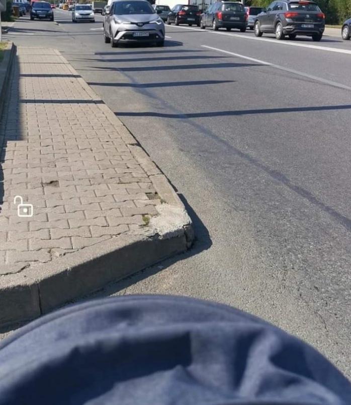 """Mamele se plâng de zonele inaccesibile pentru cărucioare. Trotuarele Clujului, """"dușamnul"""" cărucioarelor pentru copiii"""