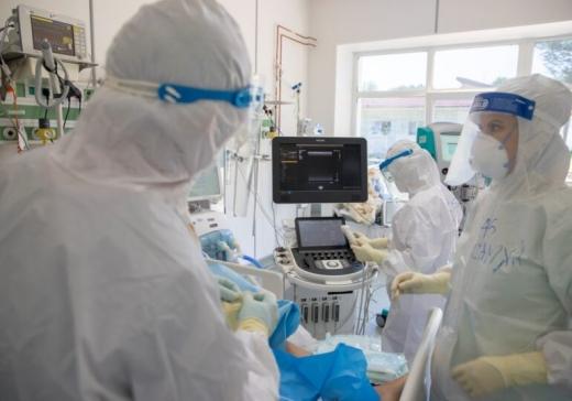 """Un pacient de 50 de ani, fără comorbidități, A MURIT de COVID19, la Cluj. Medic: """"Pleura de pe plămâni a explodat"""""""
