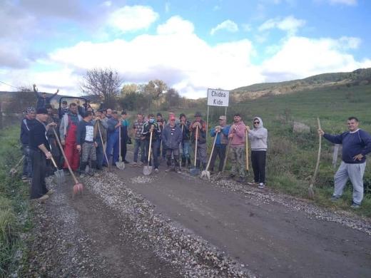 Sătenii din Chidea (comuna Vultureni) își repară singuri drumul. Primarul: Nu puteam asfalta înainte să băgăm apa. FOTO