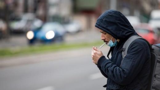 Mai este permis fumatul pe stradă, după ce purtarea măștii devine obligatori?