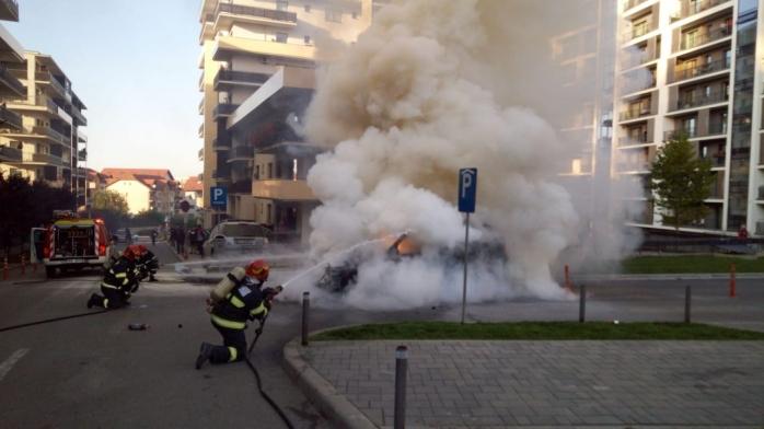 O mașină a fost cuprinsă de flăcări pe strada Bună Ziua. FOTO