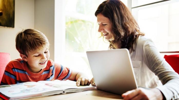 Părinții vor putea primi zile libere plătite, dacă copilul face ore online