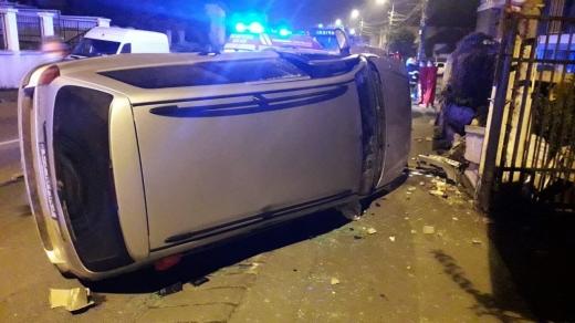 masina-rasturnata-parasita-in-mijlocul-drumului-pe-o-strada-din-cluj-napoca-foto