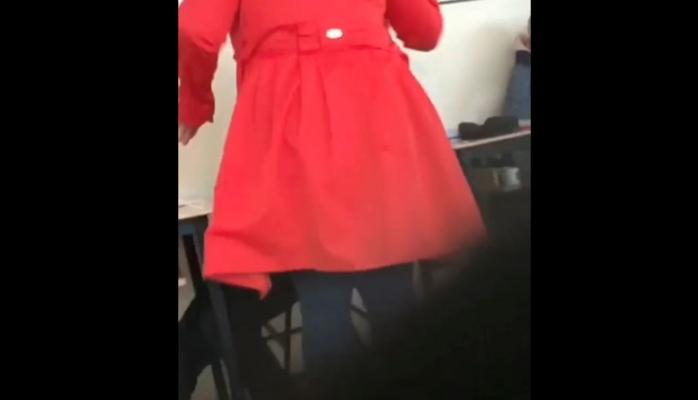 VIDEO. Profesoară filmată în timp ce își lovește elevii. Anisie a cerut o anchetă