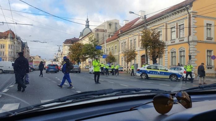 Poza Zilei. De câți polițiști este nevoie pentru a rezolva tamponarea unei mașini de poliție ?
