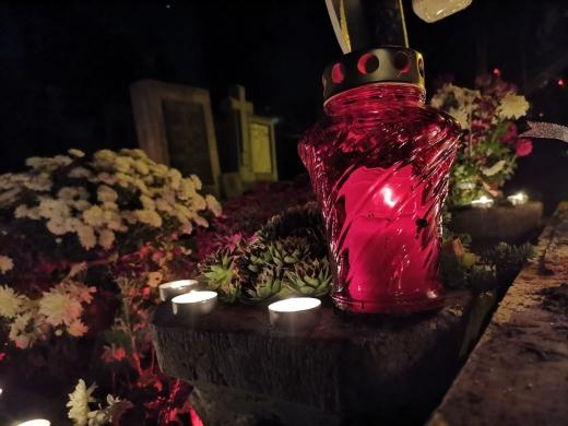 clujenii-au-luminat-mormintele-si-au-adus-omagii-celor-care-nu-se-mai-afla-printre-noi-videogalerie-foto