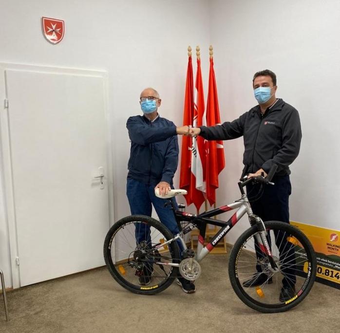 barbatul-care-imparte-mancare-pentru-batranii-din-cluj-a-ramas-fara-bicicleta-aceasta-sa-ii-fie-rasplata