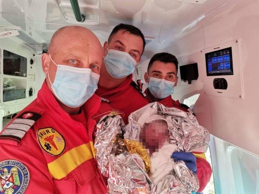 """S-a născut ÎN AMUBULANȚĂ, la câțiva kilometri de primul spital. Copilul a fost """"moșit"""" de echipajul SMURD. Îi vor fi și nași la botez?"""