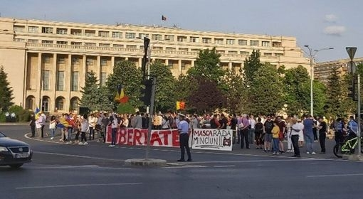 scandal-in-piata-victoriei-unde-peste-100-de-romani-protesteaza-jandarmii-au-intervenit-in-forta-video