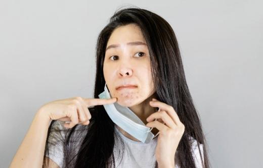 Cum îți aperi tenul de problemele cauzate de mască? Masca provoacă afecțiuni grave atât la femei, cât și la bărbați