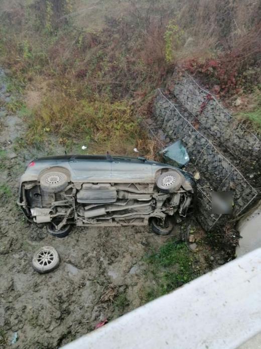 Accident cu doi răniți, pe un drum din Cluj. O mașină s-a răsturnat în albia unui pârâu