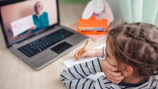 peste-13000-de-scoli-din-tara-incep-azi-predarea-in-sistem-online-milioane-de-copii-au-fost-luati-pe-nepregatite