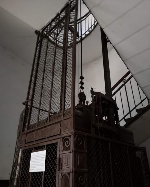 """Cel mai vechi lift din Cluj are aproape 120 de ani. Liftul """"vintage"""" funcționează și în prezent cu cartelă. FOTO/VIDEO"""