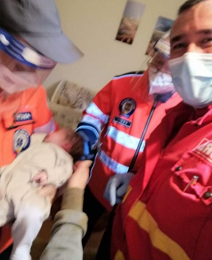 Fetiță de 28 de zile în stare gravă, salvată în ultim moment de un comandant SMURD