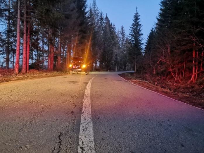 Accident bizar pe un drum din Cluj. Un tânăr aflat în portbagaj a căzut din mașină