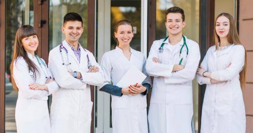 Studenții la Medicină pot lucra în spitalele COVID. Cum vor fi selectați?