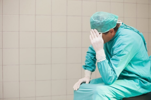 """Un singur medic """"păzește"""" 60 de pacienți COVID-19. Spitalul se află într-o situație critică din cauza lipsei de personal"""