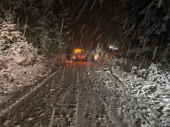 Un drum din județul Cluj este blocat din cauza ZĂPEZII. Mai multe mașini au derapat FOTO