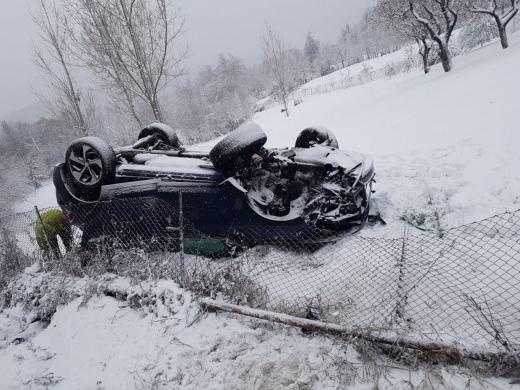 O mașină s-a RĂSTURNAT în comuna Feleacu din cauza ninsorii. 2 minori au fost răniți