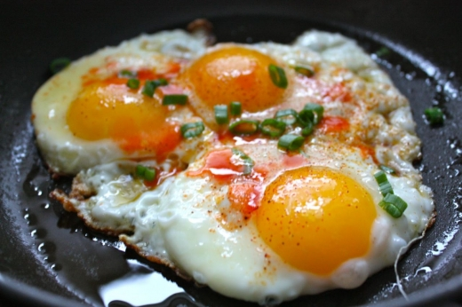 Știi ce pățești dacă mănânci ouă zilnic? Există un risc crescut de îmbolnăvire