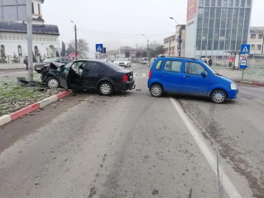 Accident într-un sens giratoriu la Turda. Victimele sunt transportate la urgențe. FOTO