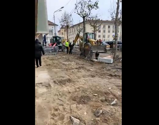 """Emil Boc, control pe șantierul din Piața Lucian Blaga. """"Am numărat 83 de persoane pe șantier. Când ajunge cuțitul la os la român, se mobilizează"""""""