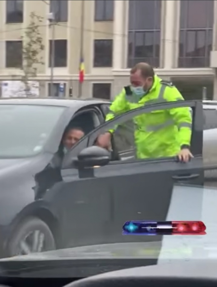 Manevre ca în filme a unui polițist din Cluj. A sărit în mașina șoferului care încerca să fugă de amendă