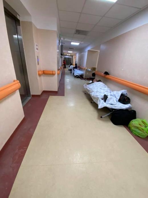 Imagini dramatice la un spital din Capitală. Pacienții sunt tratați pe holuri în paturi improvizate. VIDEO/FOTO