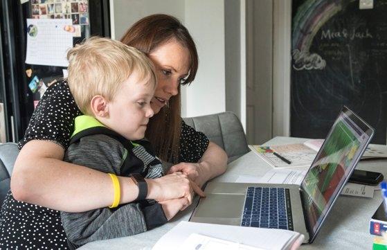 Cursurile online sunt periculoase pentru elevi. Mulți părinți merg la terapie cu copii nevrotici