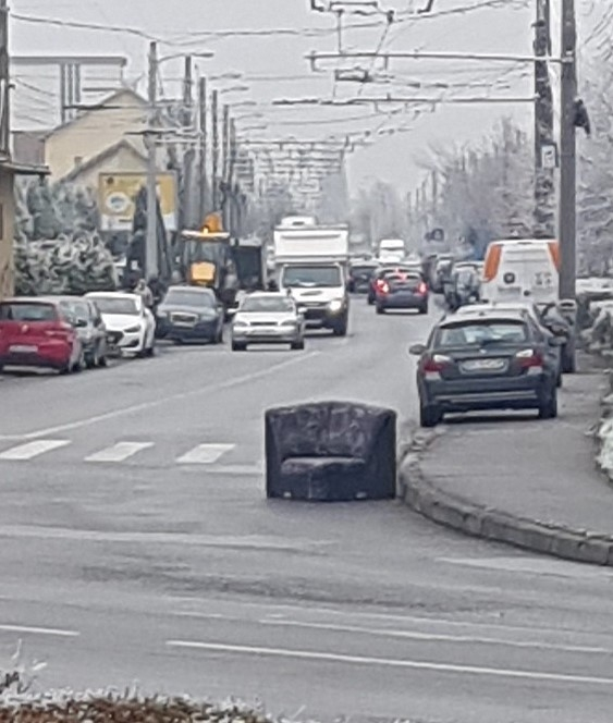 """Un colțar a """"blocat"""" circulația mașinilor în Piața 1 Mai din Cluj. Sursă foto: Info Trafic jud. Cluj Facebook"""