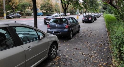 Mașinile parcate pe trotuar vor putea fi ridicate. Legea a fost promulgată