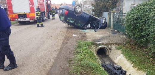 ACCIDENT GRAV. Un bărbat s-a răsturnat cu mașina după ce a intrat într-un podeț