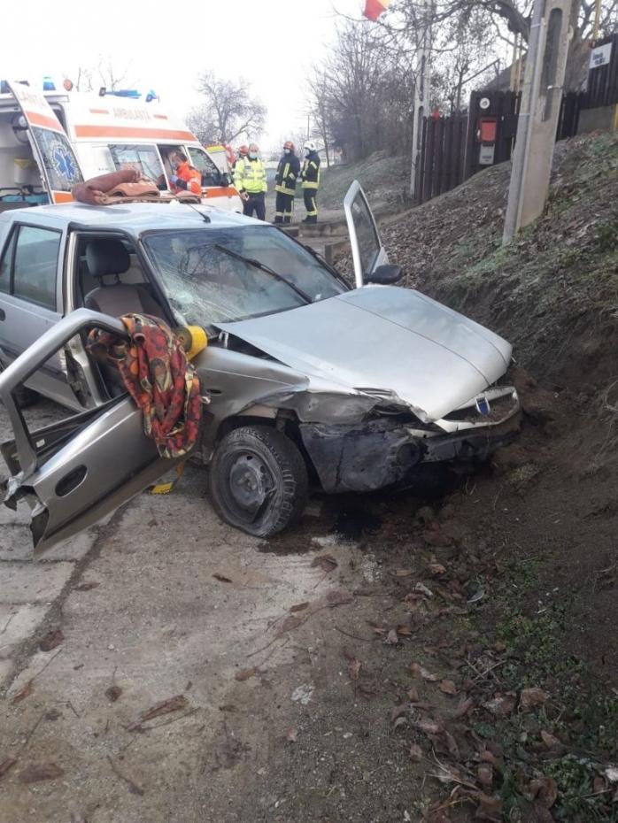 ACCIDENT în Apahida. Un bărbat de 50 de ani a fost încarcerat în autoturism. FOTO