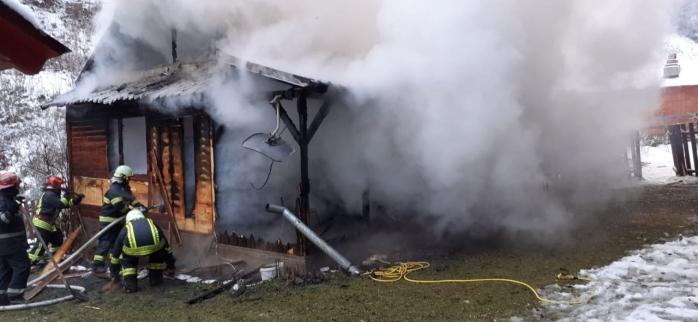FOTO. O cabană a fost distrusă în totalitate în urma unui INCENDIU