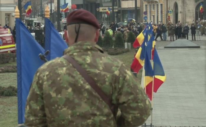 Fanfara răsună în Piața Mihai Viteazu! Clujenii privesc de la distanță Parada de 1 Decembrie. FOTO