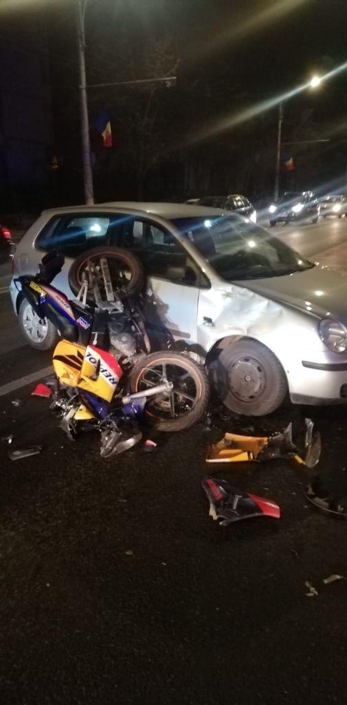 ACCIDENT pe Bulevardul Nicolae Titulescu! Un motociclist, transportat la spital după ce a intrat într-o mașină