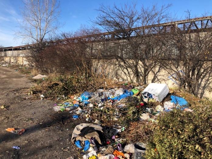 Mormane de gunoi abandonate lângă șinele de tren dinspre Someșeni! Orașul se umple de deșeuri. FOTO