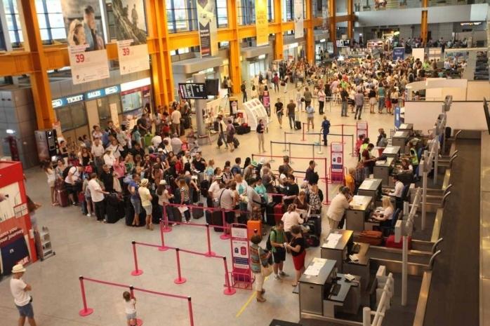 Românii trebuie să stea în carantină dacă vin din cele 30 de țări în zonă galbenă. Cine nu trebuie să se izoleze?