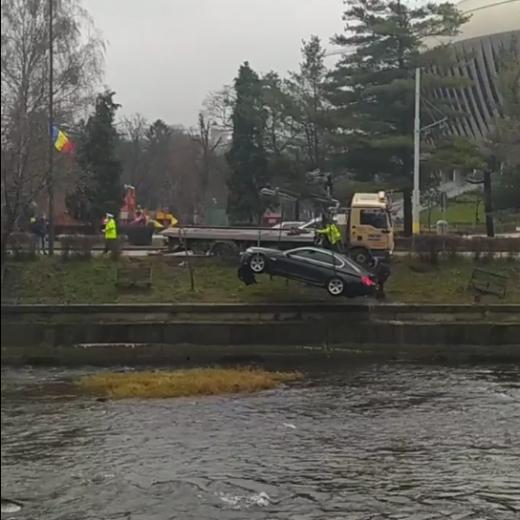 Mașina căzută în Someș vineri seara a fost ridicată doar azi. FOTO/VIDEO