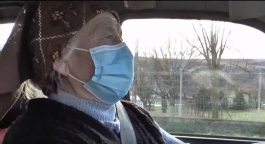 Stăpână pe volan la 74 de ani. O femeie din Cluj conduce mașina, mopedul și tractorul