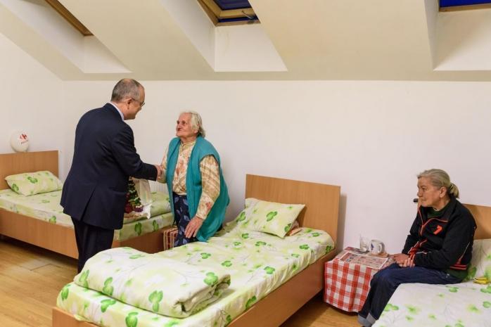 Foto: Emil Boc în vizită la centrul de găzduire temporară, anul 2019