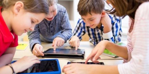 Tabletele pentru elevi au fost livrate parțial în 18 județe și complet în restul. Aproape 5.000 de dispozitive au fost livrate la Cluj