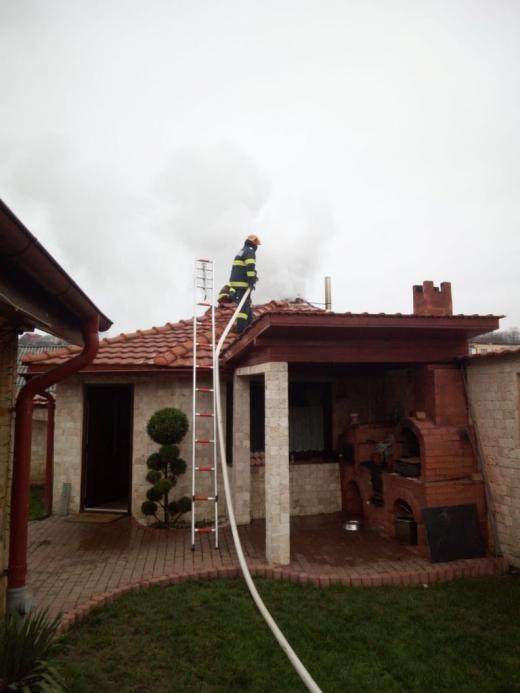 INCENDIU la o casă din Dej. Flăcările au pornit de la coșul de fum. FOTO